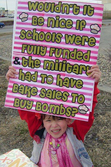 Det skulle vara något det. ÖB och försvarsstaben står på Bangatan med handskrivna skyltar och säljer syltsnittar.