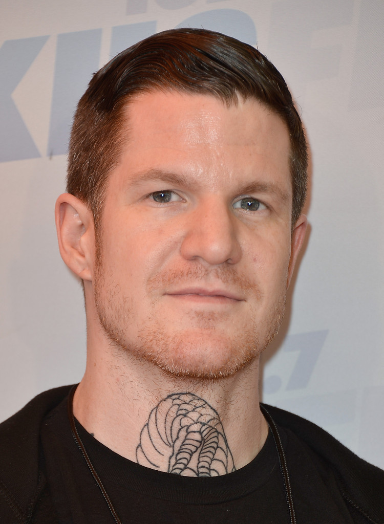 The 37-year old son of father (?) and mother(?), 172 cm tall Andy Hurley in 2017 photo